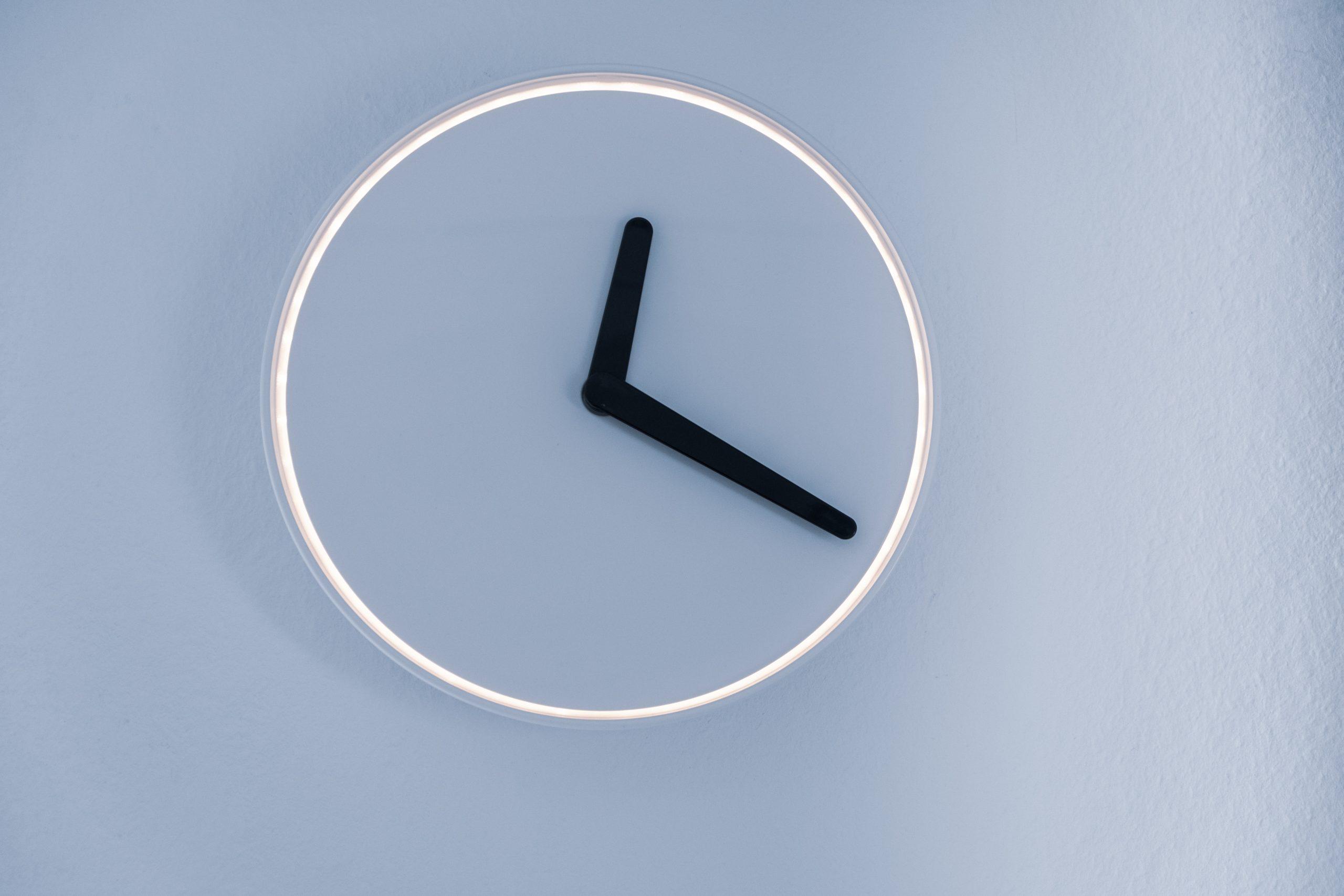 Eine minimalistische Uhr, die nur aus einem Kreis und Zeigern besteht